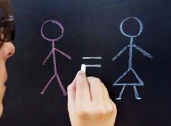 una mujer dibuja una figura femenina y otra masculina separadas por el signo igual
