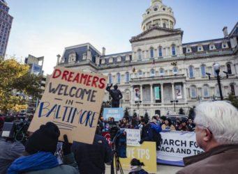 Manifestación con el cartel bienvenidos soñadores