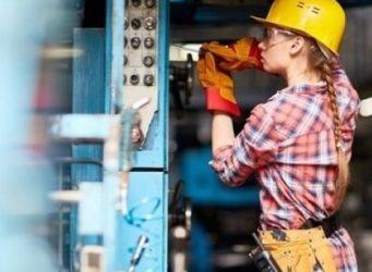 imagen de una trabajadora con casco y gafas protectoras