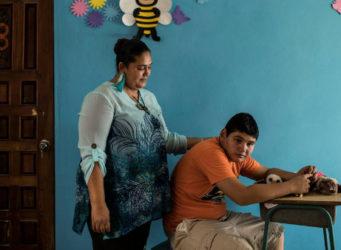un joven autista de Honduras con su madre
