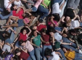 Fotograma del vídeclip con un grupo de chicas tumbadas en el suelo