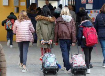 imagen de varias jóvenes entrando en un instituto