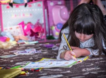 imagen de una niña pintando