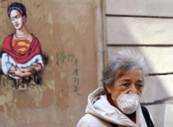 imagen de una mujer con mascarilla en Roma