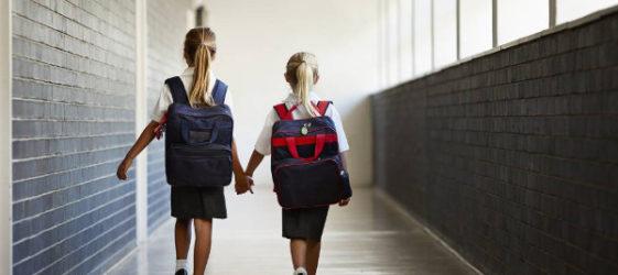 dos niñas entrando en un colegio