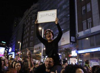 una mujer con la pancarta Igualdad