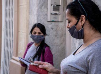 imagen de dos mujeres del Sindicato con mascarilla