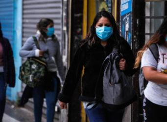 imagen de varias mujeres argentinas con mascarilla en una calle