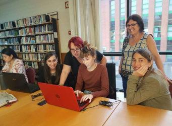 Montserrat Boix y otras mujeres en una editatona por el Día de las Escritoras