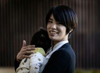 una de las deportistas con un bebé
