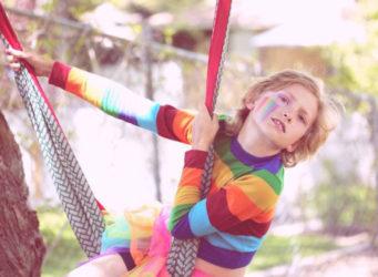 un niño con la cara pintada juega en un parque