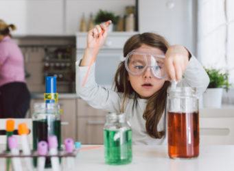 una niña en un laboratorio