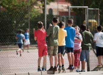niños jugando en un patio de colegio