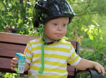un niño con un casco de moto