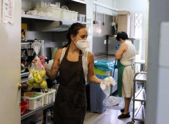 Dos mujeres trabajan en una cocina