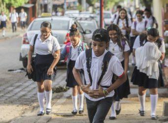jóvenes van al colegio en Managua