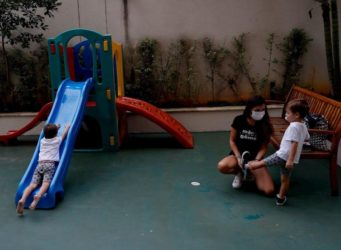 una madre brasileña cuida de sus hijos