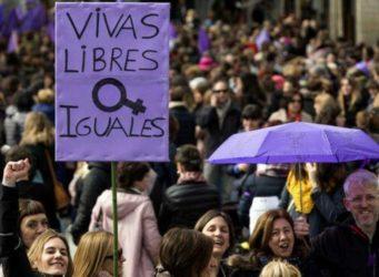 pancarta vivas y libres en una manifestación feminista