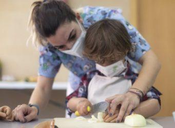 una fisioterapeuta infantil con un niño