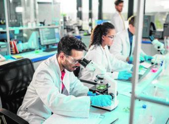 jóvenes trabajando en un laboratorio